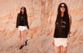 Wie kombinieren: schwarze Leder Bikerjacke, schwarzes und weißes bedrucktes Trägershirt, weiße Shorts, schwarze und weiße Sportschuhe