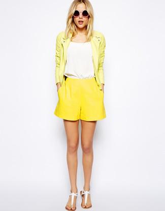 Wie kombinieren: gelbe Leder Bikerjacke, weißes Trägershirt, gelbe Shorts, weiße Leder Zehentrenner