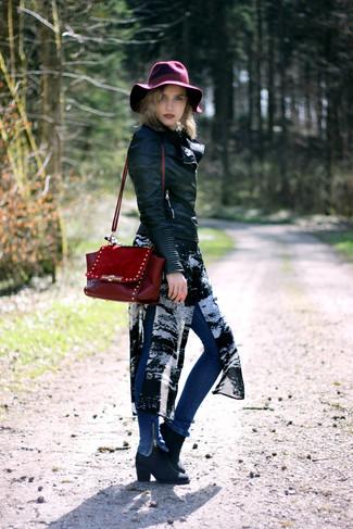 Wie kombinieren: schwarze Leder Bikerjacke, schwarze und weiße bedruckte Chiffontunika, blaue enge Jeans, schwarze Leder Stiefeletten