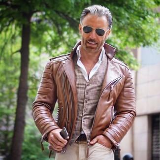 Wie kombinieren: braune Leder Bikerjacke, braune Weste mit Schottenmuster, weißes Businesshemd, hellbeige Jeans