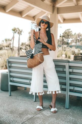 Wie kombinieren: schwarzes Häkel Bikinioberteil, weißer Leinen Hosenrock, weiße flache Sandalen aus Segeltuch, weiße und schwarze horizontal gestreifte Shopper Tasche aus Segeltuch