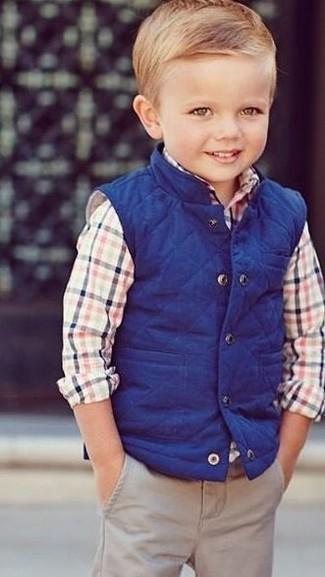 Wie kombinieren: blaue ärmellose Jacke, mehrfarbiges Langarmhemd, hellbeige Hose