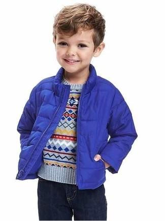 Wie kombinieren: blaue Jacke, hellblauer Pullover, dunkelblaue Jeans