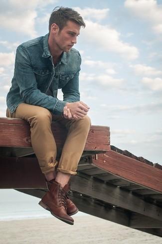 Tragen Sie eine blaue Jeansjacke und eine beige Chinohose für ein großartiges Wochenend-Outfit. Fügen Sie eine braune lederfreizeitstiefel für ein unmittelbares Style-Upgrade zu Ihrem Look hinzu.