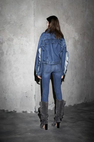 blaue Jeansjacke, blaue enge Jeans, dunkelgraue kniehohe Stiefel aus Wildleder für Damen