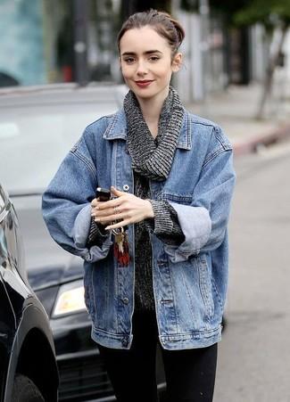 Lily Collins trägt blaue Jeansjacke, dunkelgrauer Pullover mit einer weiten Rollkragen, schwarze enge Jeans