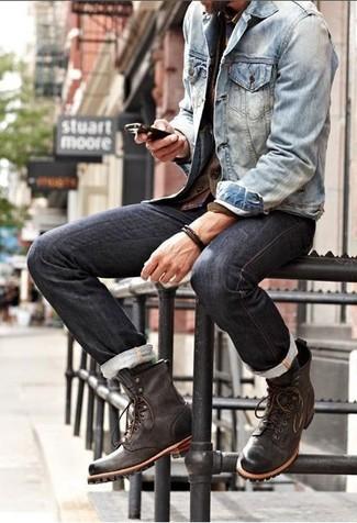 Erwägen Sie das Tragen von einer blauen Jeansjacke und schwarzen Jeans, um einen lockeren, aber dennoch stylischen Look zu erhalten. Fühlen Sie sich mutig? Ergänzen Sie Ihr Outfit mit einer dunkelbraunen lederfreizeitstiefeln.