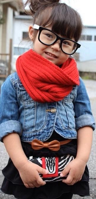 Wie kombinieren: blaue Jeansjacke, schwarzes Kleid, roter Schal