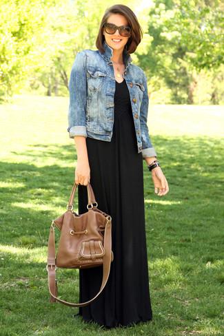 Wie kombinieren: blaue Jeansjacke, schwarzes Maxikleid, braune Shopper Tasche aus Leder