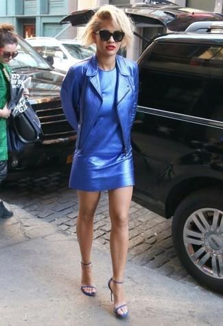 Blaue Sandalen kombinieren – 69 Damen Outfits: Eine blaue Leder Bikerjacke und ein blaues gerade geschnittenes Kleid aus Leder sind absolut Alltags-Basics und können mit einer Vielzahl von Stücken kombiniert werden. Fühlen Sie sich mutig? Komplettieren Sie Ihr Outfit mit blauen Sandalen.