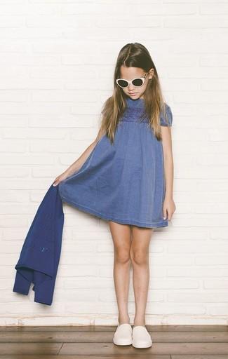 Wie kombinieren: blaue Strickjacke, blaues Jeanskleid, weiße Turnschuhe