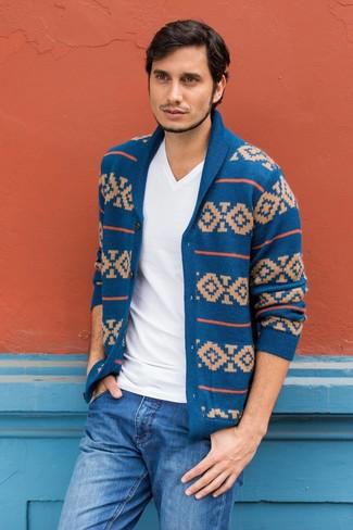 Wie kombinieren: blaue Strickjacke mit einem Schalkragen mit Fair Isle-Muster, weißes T-Shirt mit einem V-Ausschnitt, blaue Jeans