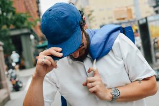 Wie kombinieren: blaue Windjacke, weißes Kurzarmhemd, blaue Baseballkappe