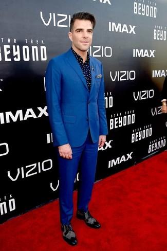 Wie kombinieren: blauer Anzug, dunkelblaues gepunktetes Langarmhemd, schwarze Leder Brogues