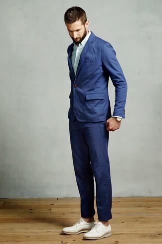 Wie kombinieren: blauer Anzug, mintgrünes vertikal gestreiftes Businesshemd, weiße Leder Derby Schuhe