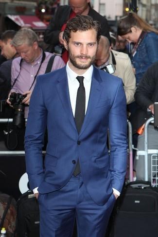 Jamie Dornan trägt Blauer Anzug, Weißes Businesshemd, Schwarze Krawatte