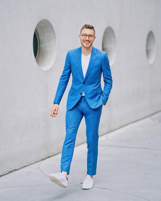 Wie kombinieren: blauer Anzug, weißes T-Shirt mit einem V-Ausschnitt, weiße Leder niedrige Sneakers