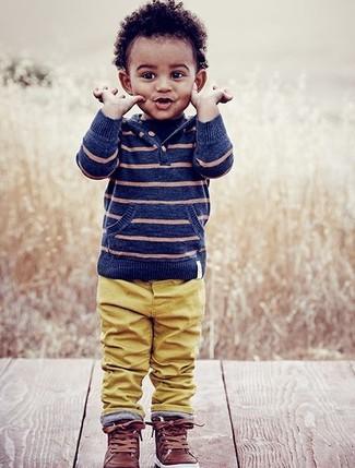 Wie kombinieren: blauer horizontal gestreifter Pullover mit einer Kapuze, senf Hose, braune Leder Turnschuhe