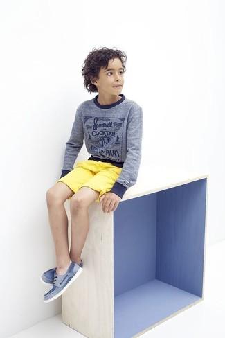 Wie kombinieren: blauer Pullover, gelbe Shorts, blaue Bootsschuhe
