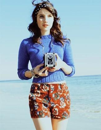 Blauer pullover mit einem rundhalsausschnitt rote shorts mit blumenmuster schwarzes und weisses gepunktetes haarband large 388