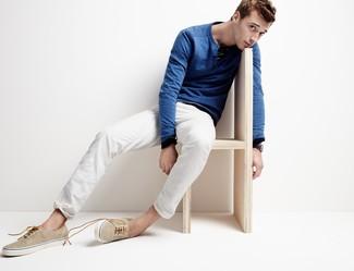 Wie kombinieren: blauer Pullover mit einem Rundhalsausschnitt, weiße Chinohose, hellbeige Leinenschuhe