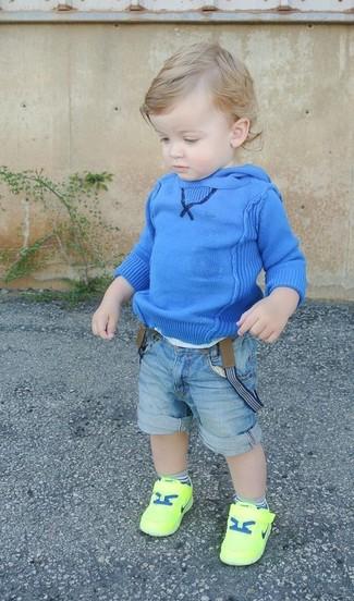 Wie kombinieren: blauer Pullover mit einer Kapuze, hellblaue Jeansshorts, gelbgrüne Turnschuhe
