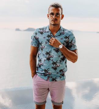 Wie kombinieren: blaues bedrucktes Kurzarmhemd, rosa Shorts, silberne Uhr