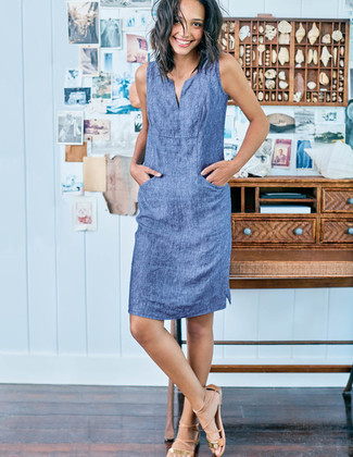Wie kombinieren: blaues Chambray gerade geschnittenes Kleid, beige Römersandalen aus Leder
