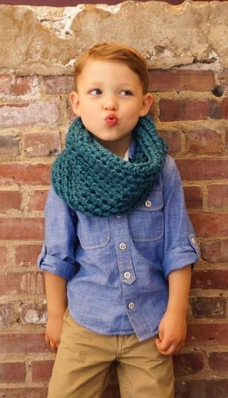 Wie kombinieren: blaues Chambray Langarmhemd, beige Hose, dunkeltürkiser Schal