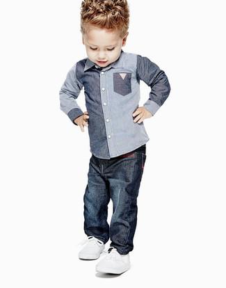 Wie kombinieren: blaues Chambray Langarmhemd, dunkelblaue Jeans, weiße Turnschuhe