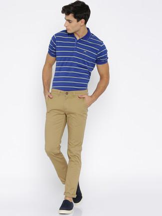 Wie kombinieren: blaues horizontal gestreiftes Polohemd, beige Chinohose, dunkelblaue Slip-On Sneakers aus Wildleder