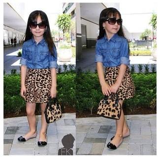Wie kombinieren: blaues Jeans Businesshemd, brauner Rock mit Leopardenmuster, schwarze Ballerinas