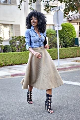 Tragen Sie ein blaues Jeanshemd und einen grauen gesteppten ausgestellten Rock, um einen schicken, glamurösen Outfit zu schaffen. Schwarze Römersandalen aus Leder leihen Originalität zu einem klassischen Look.