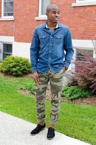 Wie kombinieren: blaues Jeanshemd, olivgrüne Camouflage Chinohose, schwarze Segeltuch Oxford Schuhe