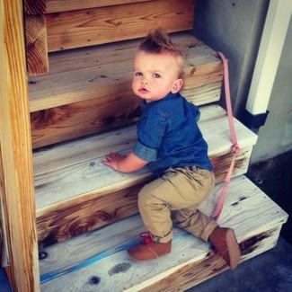 Wie kombinieren: blaues Jeanslangarmhemd, beige Hose, braune Stiefel