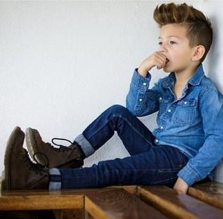 Wie kombinieren: blaues Jeanslangarmhemd, dunkelblaue Jeans, dunkelbraune Stiefel