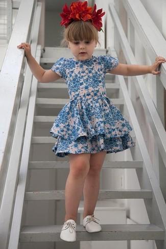 Wie kombinieren: blaues Kleid mit Blumenmuster, weiße Oxford Schuhe, rotes Haarband mit Blumenmuster