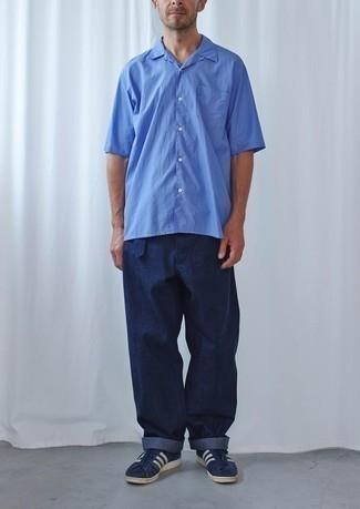 Blaues Kurzarmhemd kombinieren: trends 2020: Entscheiden Sie sich für ein blaues Kurzarmhemd und eine dunkelblaue Chinohose für ein Alltagsoutfit, das Charakter und Persönlichkeit ausstrahlt. Ergänzen Sie Ihr Look mit dunkelblauen und weißen Wildleder niedrigen Sneakers.