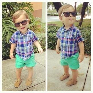 Wie kombinieren: blaues Kurzarmhemd, grüne Shorts, beige Slipper