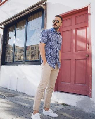 Wie kombinieren: blaues Kurzarmhemd mit Paisley-Muster, hellbeige Chinohose, weiße niedrige Sneakers