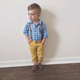Wie kombinieren: blaues Langarmhemd, gelbe Jeans, dunkelbraune Slipper