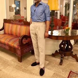 Schwarze Wildleder Slipper mit Quasten kombinieren: trends 2020: Kombinieren Sie ein blaues Langarmhemd mit einer hellbeige Anzughose für einen stilvollen, eleganten Look. Schwarze Wildleder Slipper mit Quasten sind eine kluge Wahl, um dieses Outfit zu vervollständigen.