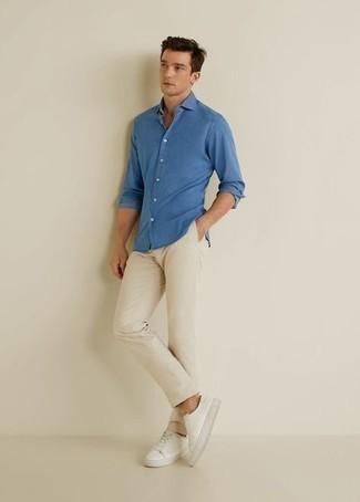 Casual Outfits Herren 2020: Vereinigen Sie ein blaues Langarmhemd mit einer hellbeige Chinohose für ein Alltagsoutfit, das Charakter und Persönlichkeit ausstrahlt. Wenn Sie nicht durch und durch formal auftreten möchten, entscheiden Sie sich für weißen Segeltuch niedrige Sneakers.