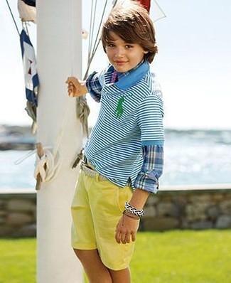 Wie kombinieren: blaues Langarmhemd mit Schottenmuster, türkises horizontal gestreiftes Polohemd, gelbe Shorts