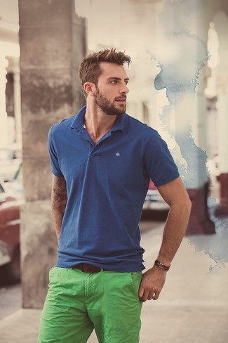 Schwarze hose blaues tshirt