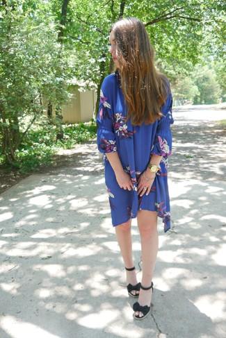 Wie kombinieren: blaues schwingendes Kleid mit Blumenmuster, schwarze Keilsandaletten aus Segeltuch, goldene Uhr