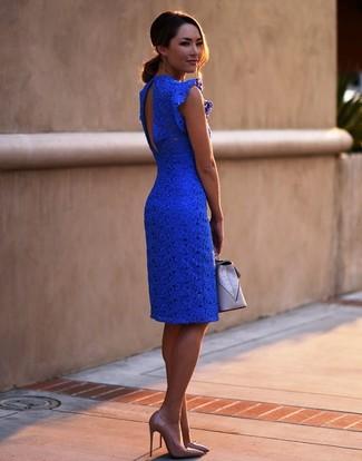 Wie kombinieren: blaues Spitze figurbetontes Kleid, beige Leder Pumps, graue Leder Clutch