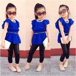 Wie kombinieren: blaues T-shirt, schwarze Leggings, hellbeige Ballerinas