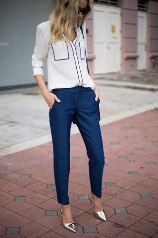 Wie kombinieren: weiße Bluse mit Knöpfen, dunkelblaue Anzughose, silberne Leder Pumps, schwarze Leder Umhängetasche