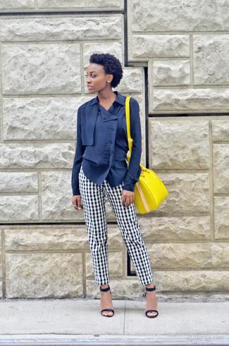 Dunkelblaue Bluse mit Knöpfen kombinieren: trends 2020: Entscheiden Sie sich für einen stylischen Casual-Look in einer dunkelblauen Bluse mit Knöpfen und einer weißen und schwarzen Anzughose mit Vichy-Muster. Dieses Outfit passt hervorragend zusammen mit dunkelblauen Leder Sandaletten.